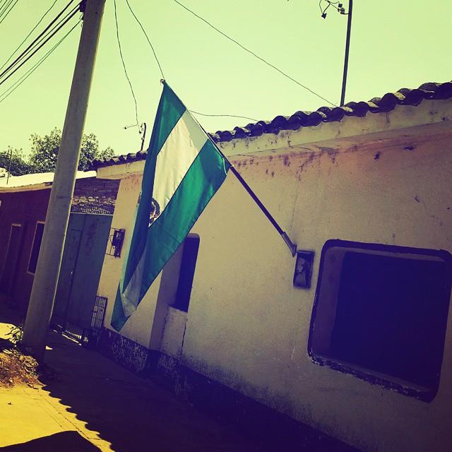 Recuerdo, cuando era niño, que se amaba más a #SantaCruz y se demostraba el patritismo de esta manera. En #Camiri sólo vi dos de estas banderas.
